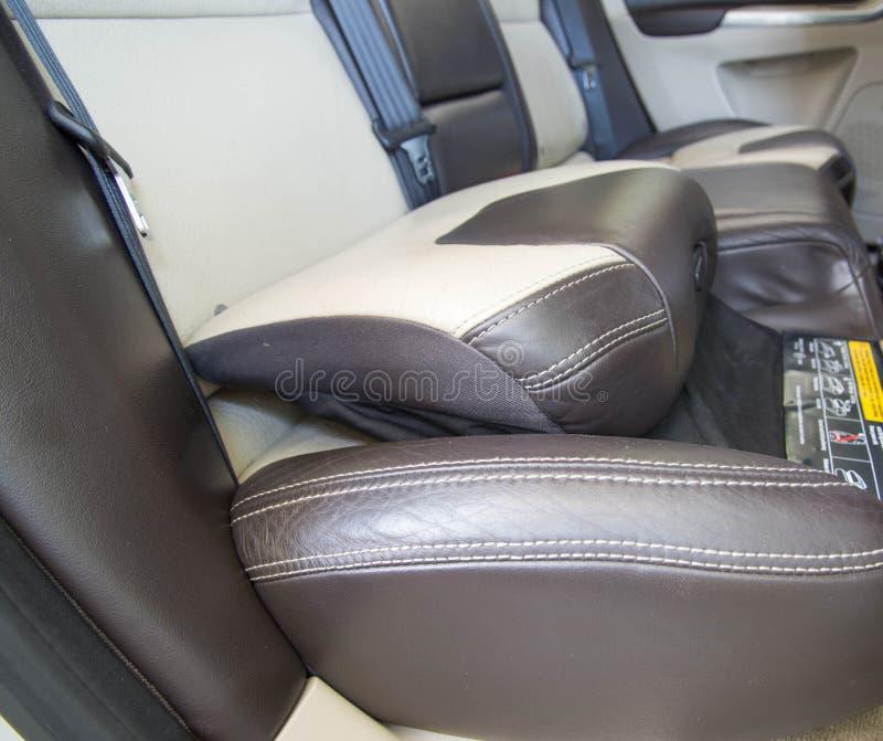 汽车儿童位子,儿童助推器坐垫系统 库存照片