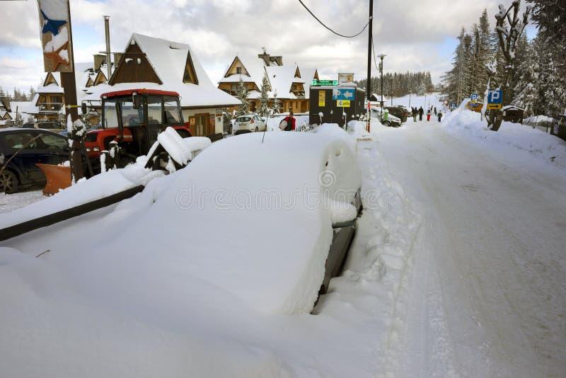 汽车和飞雪Tatras的扎科帕内 免版税库存照片