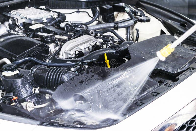 汽车详述 手工洗车引擎用压力水 有水喷管的洗涤的发动机 汽车washman工作者清洗vehic 库存图片