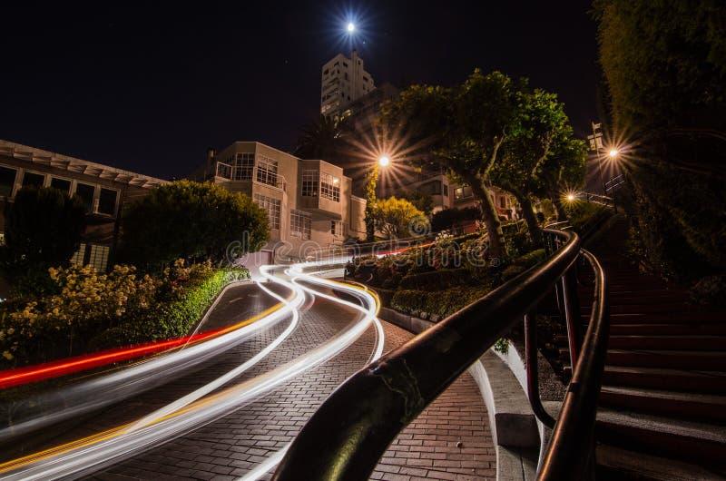 汽车足迹在Lomard街,旧金山的晚上 库存图片