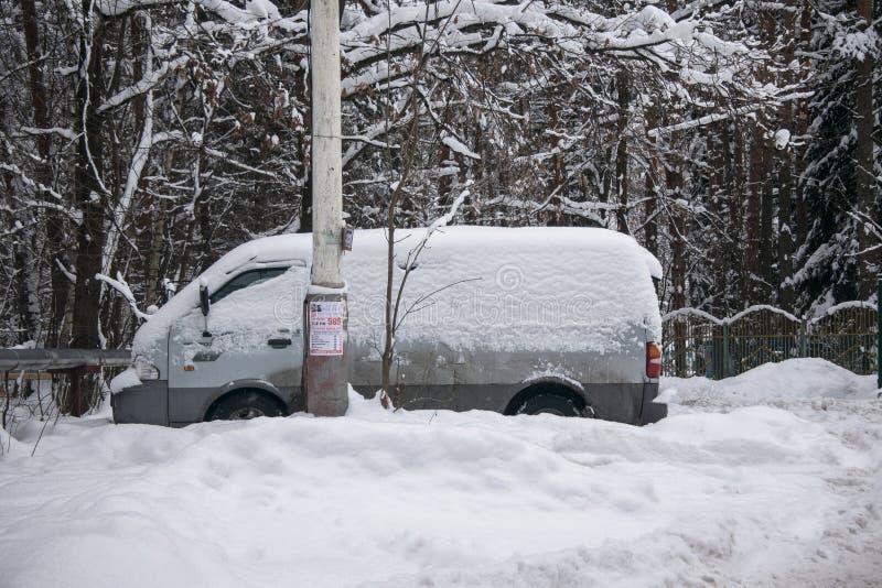 汽车,盖用雪厚实的层数,在围场住宅房子在provilcial镇 库存照片