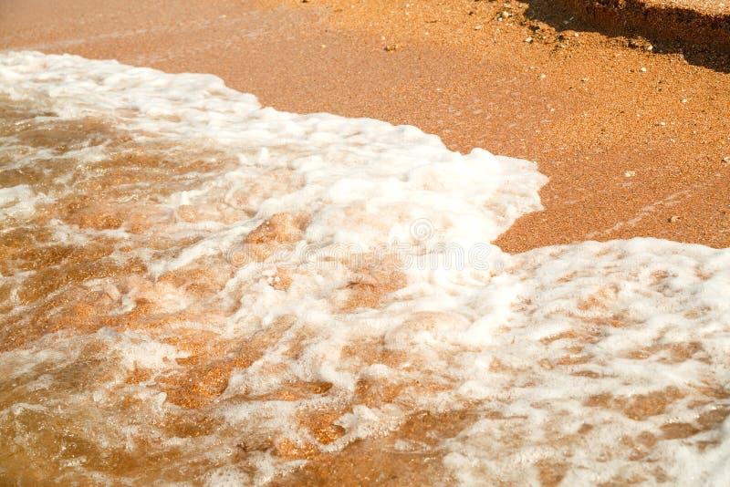 没有水平的泡沫的风雨如磐的海波浪 免版税图库摄影
