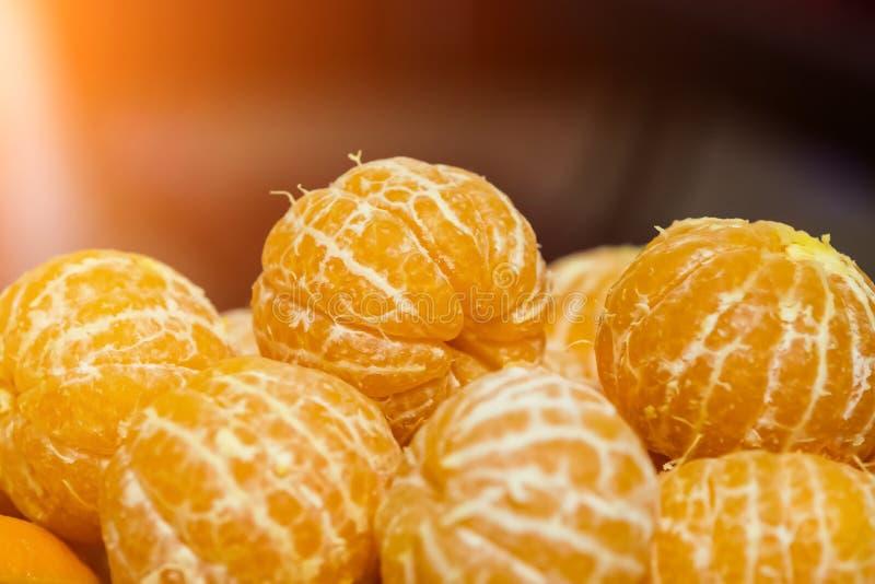 没有果皮的蜜桔在桌上 免版税库存照片