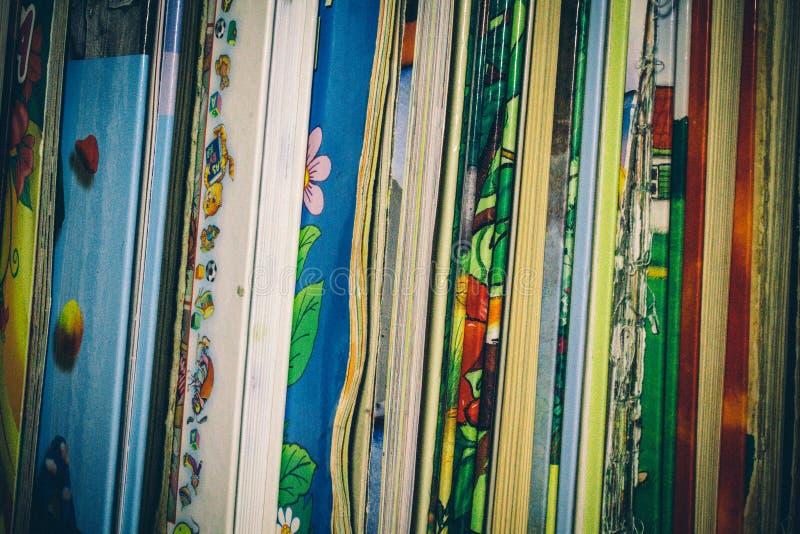 没有盖子的书在架子 免版税库存照片