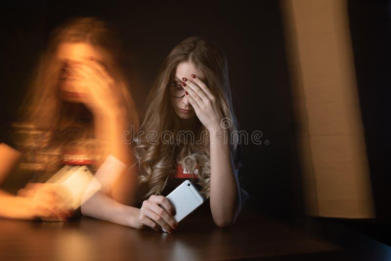 沮丧的女孩,是的年轻女人的特写镜头图片在网上胁迫的受害者 免版税库存图片