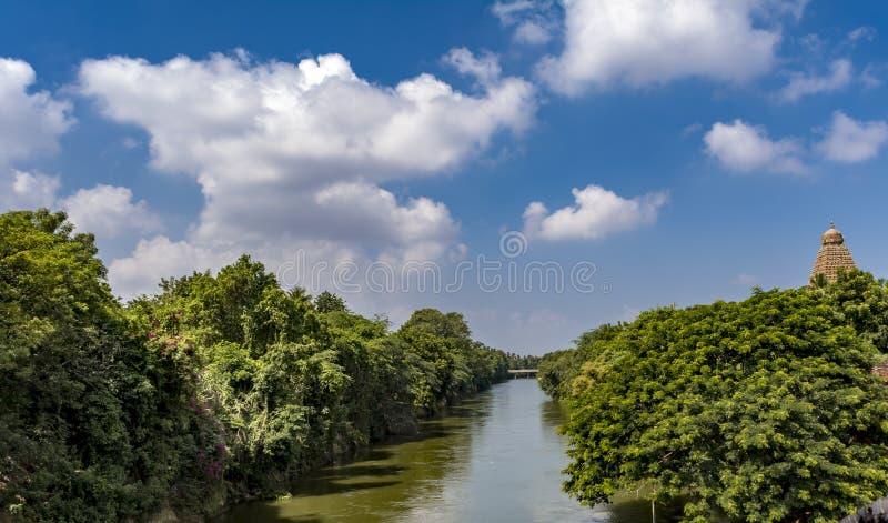 河视图-坦贾武尔大寺庙用运河水 免版税库存照片
