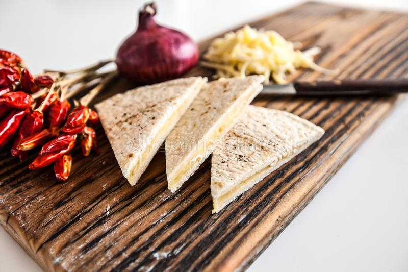 油炸玉米粉饼用切达乳酪和辣椒在木委员会 图库摄影