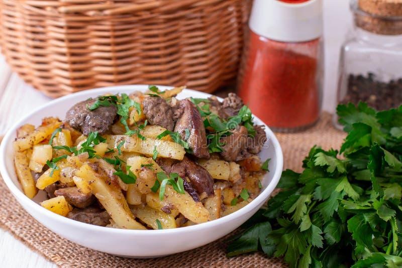 油煎的土豆用葱和肝脏 免版税库存图片