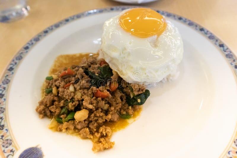 油煎的混乱蓬蒿剁碎了猪肉、米和荷包蛋 免版税库存图片