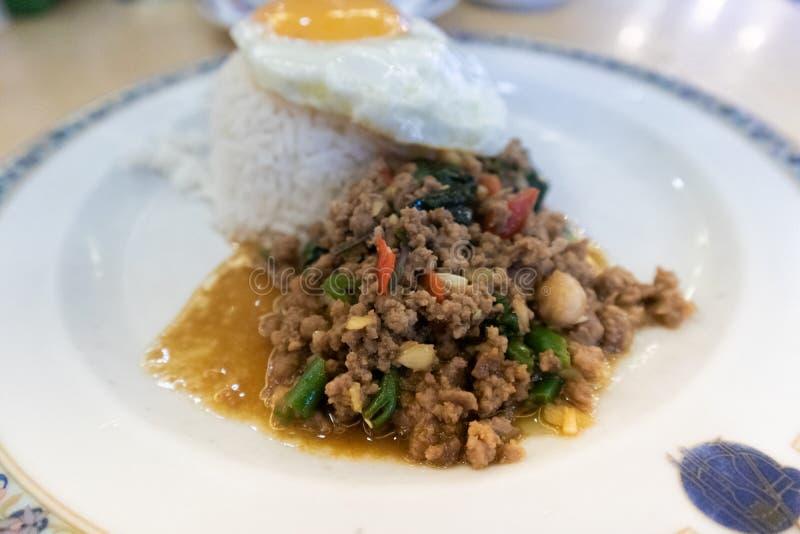 油煎的混乱蓬蒿剁碎了猪肉、米和荷包蛋 免版税图库摄影