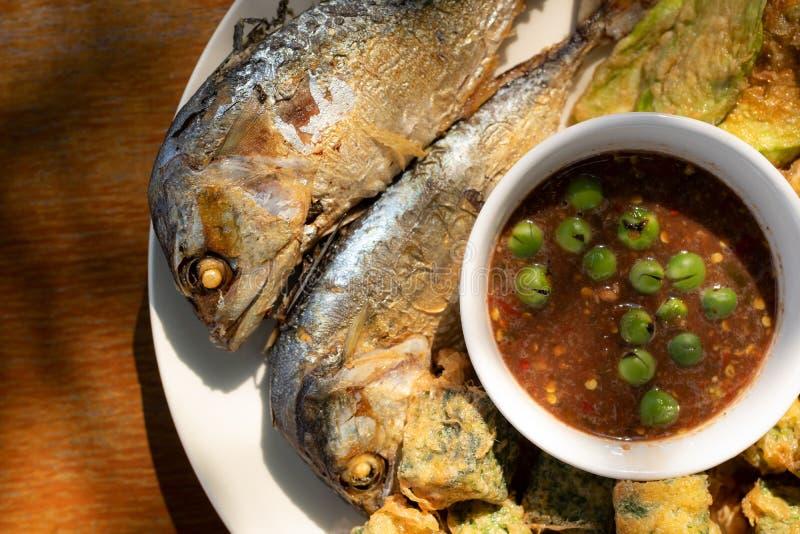 油煎的鲭鱼和虾酱调味汁泰国食物 库存照片