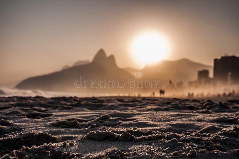 沙子和日落在ipanema海滩 库存照片