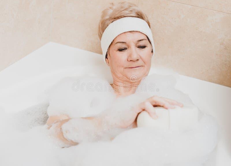 泡沫的年迈的妇女 免版税库存照片