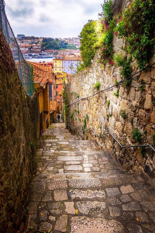 波尔图,葡萄牙老镇狭窄街道视图 免版税库存图片