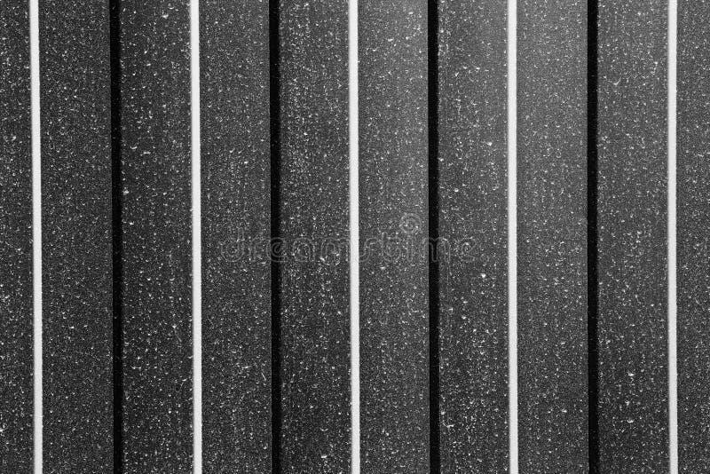 波状钢板料篱芭黑白tonned纹理背景  免版税库存照片