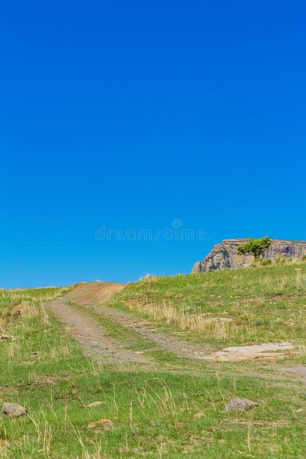 泥铺跑道在德拉肯斯山脉南非 免版税库存图片