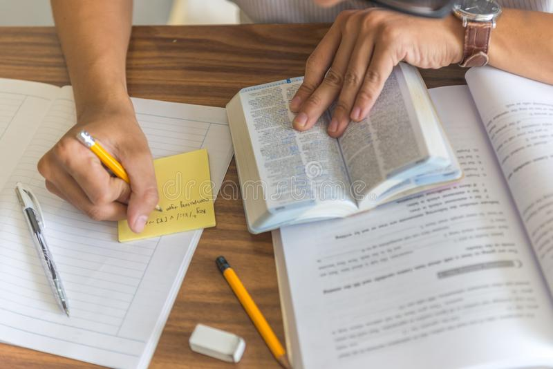 注意和查寻字典的学生手 库存照片