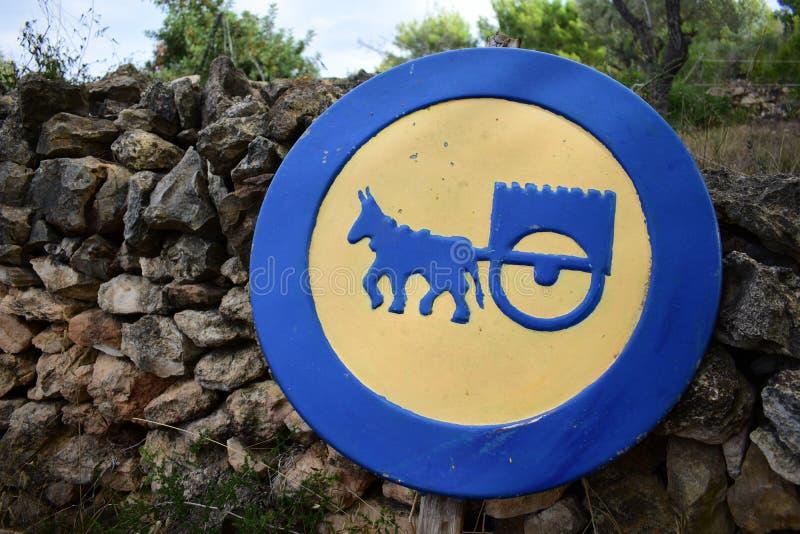 注意横跨路的驴货车 免版税库存照片