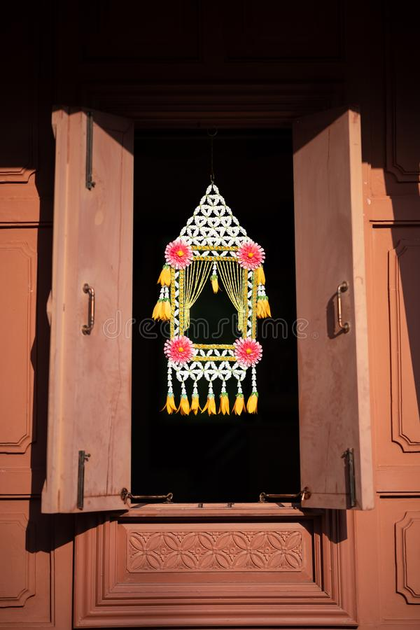 泰国传统花诗歌选垂悬,interire设计的花卉家的花垂悬在窗口的机动性,或屋顶 免版税库存照片