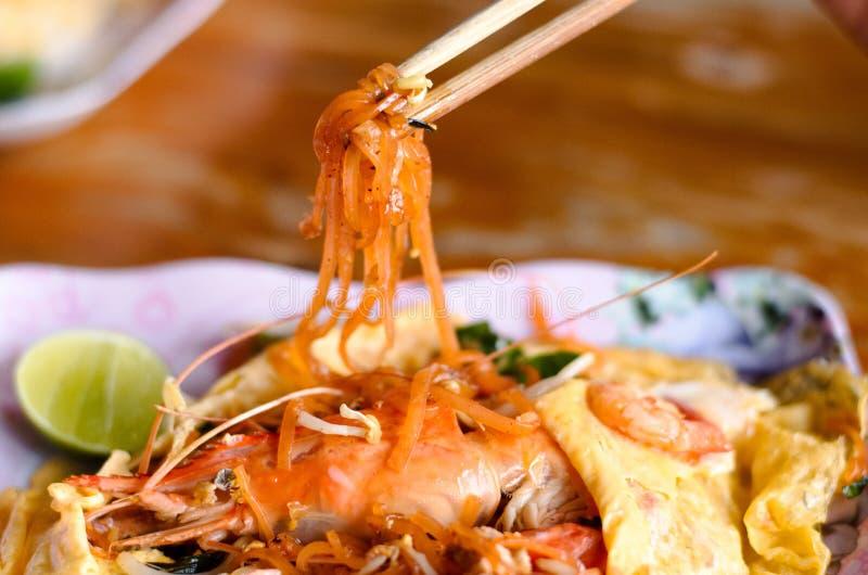 泰国厨师烹调告诉Pad Thai的油煎的nooddle 免版税库存图片