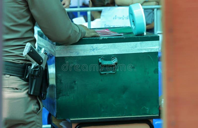 泰国警察在投票箱旁边守卫在前进期间投票了 库存照片