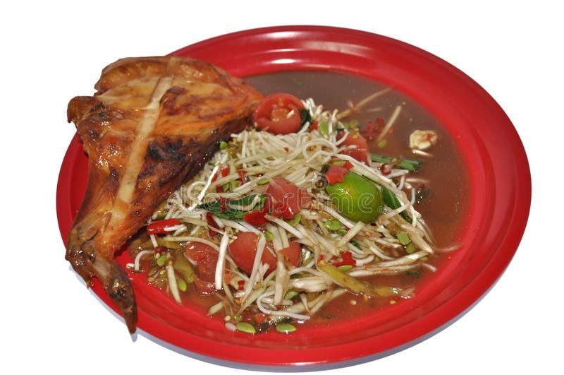 泰国食物:番木瓜沙拉和鸡烤了 免版税库存图片