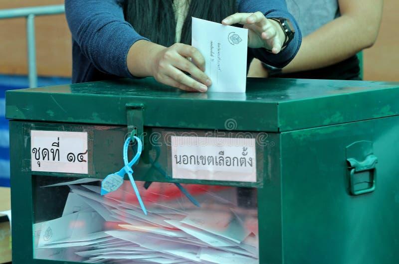 泰国选民在投票箱投入选票在前进期间投票了 库存图片