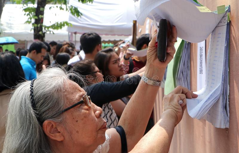 泰国选民检查他们的名字在前进期间投票了 库存照片