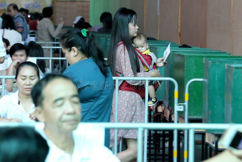 泰国选民身怀她的孩子在前进期间投票了 免版税库存图片
