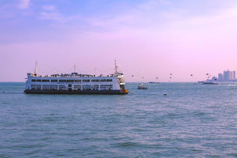 泰国,芭达亚,21 03 2013东方人Ship公主是一家浮动海鲜餐馆在芭达亚附近,泰国海岸线  图库摄影