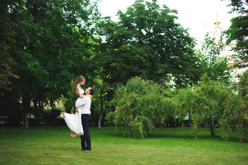 浪漫婚姻的新婚佳偶微笑的画象片刻、夫妇,新娘和新郎拥抱 免版税库存照片