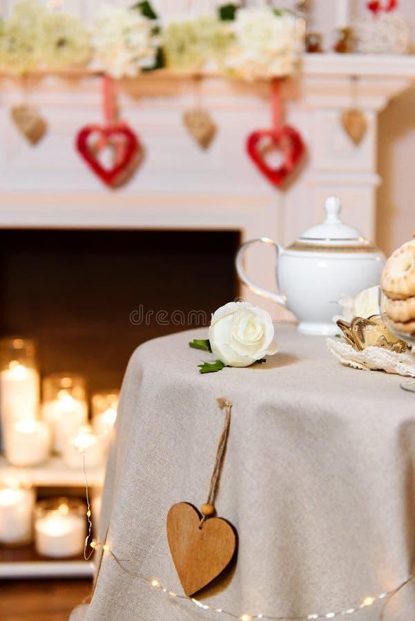 浪漫的被摆的桌子夫妇在一个逗人喜爱的温暖的地点约会 库存图片