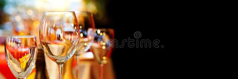 浪漫xmas餐馆内部与美丽的陶器碗筷 水晶酒杯假日事件背景 免版税图库摄影