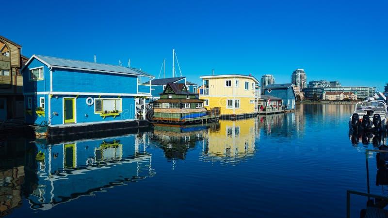 浮动家庭村庄居住船渔人码头内在港口,维多利亚不列颠哥伦比亚省加拿大 区域有浮动家,小船, 免版税图库摄影