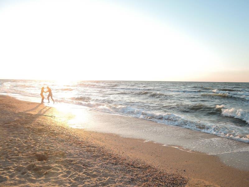 海岸美好的风景在日落期间的 蜜月、幸福和爱的概念 免版税库存照片