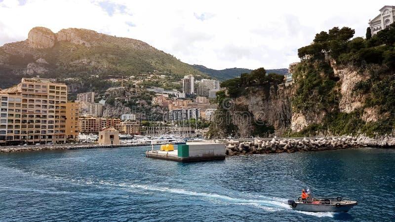 海岸警备队乘坐沿海岸线,在游泳的季节的事故预防的小船 库存照片