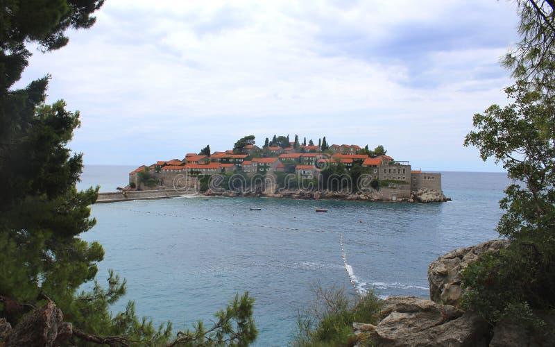 海岛montenegro stefan sveti 晴朗日的夏天 免版税库存图片
