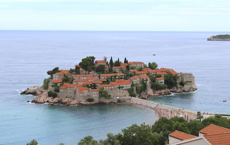 海岛montenegro stefan sveti 晴朗的夏日,顶视图 库存照片