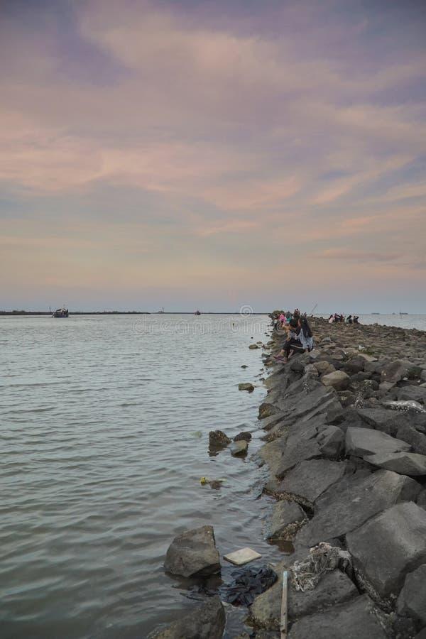海在kejawanan cirebon印度尼西亚的岩石口岸 免版税库存图片