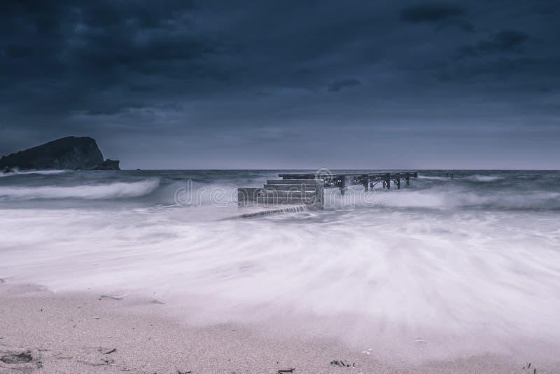 海滩在冬天,风雨如磐的海 库存照片