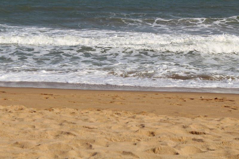 海滩波浪和天空蔚蓝和沙子 库存图片