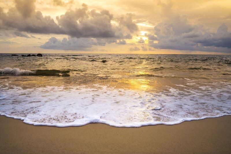 海滩日落或日出与五颜六色云彩天空 免版税库存照片