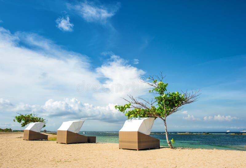 海滩睡椅美好的热带沙子自然背景 免版税库存照片