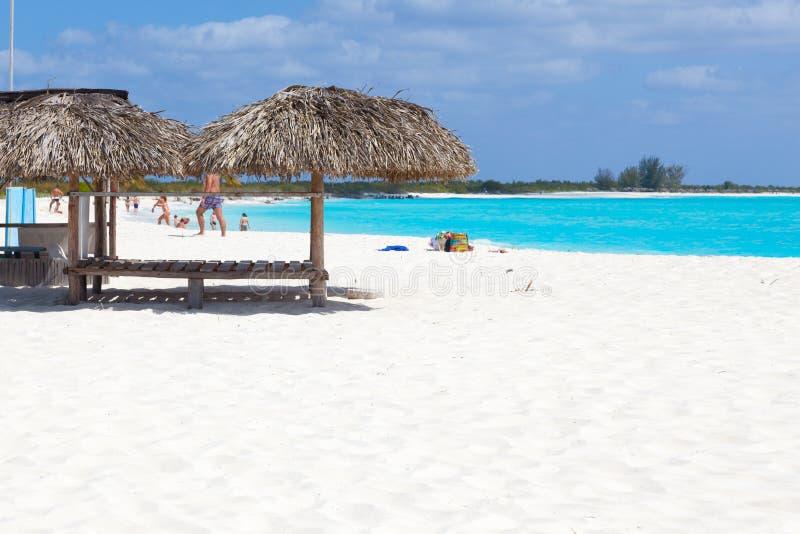 海滩的人们 白色沙子和绿松石海 古巴 库存图片