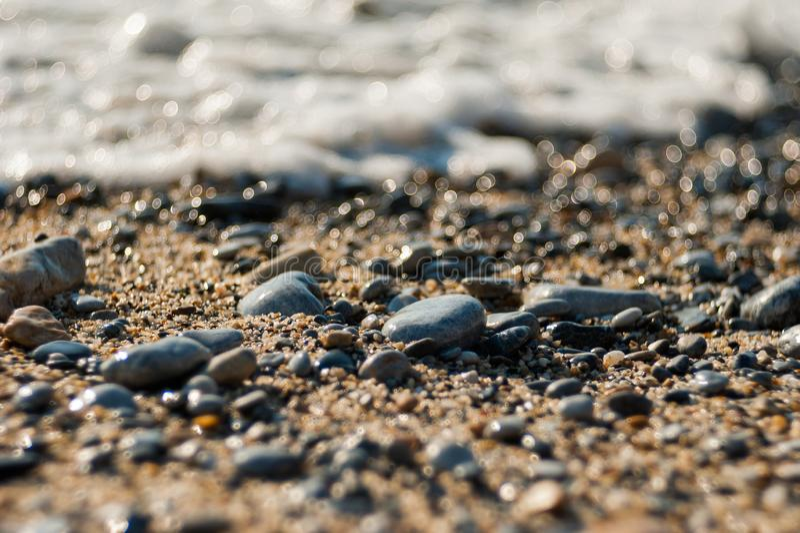 海滩的太阳石头,石头放弃了 免版税图库摄影