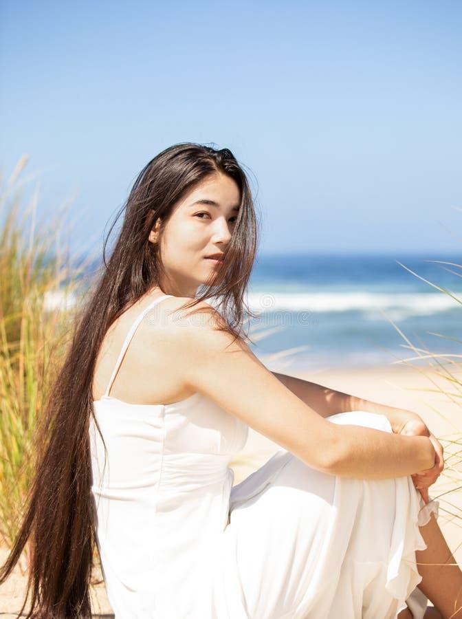 海滩的美丽的青少年的女孩在好日子,微笑 免版税库存照片
