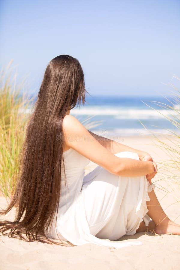海滩的美丽的青少年的女孩在好日子,微笑 库存照片