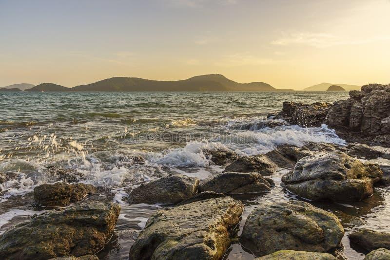 海日落或日出与水飞溅和阳光 免版税库存图片
