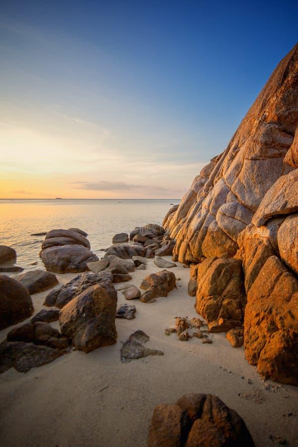 海日落震动在天空蔚蓝背景的海滩 秀丽晚上日出 背景看板卡祝贺邀请 库存图片