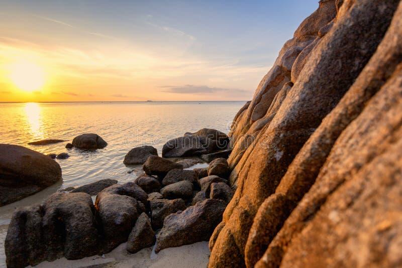 海日落震动在天空蔚蓝背景的海滩 秀丽晚上日出 背景看板卡祝贺邀请 免版税图库摄影